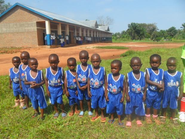 Elèves du primaire en tenue de sport