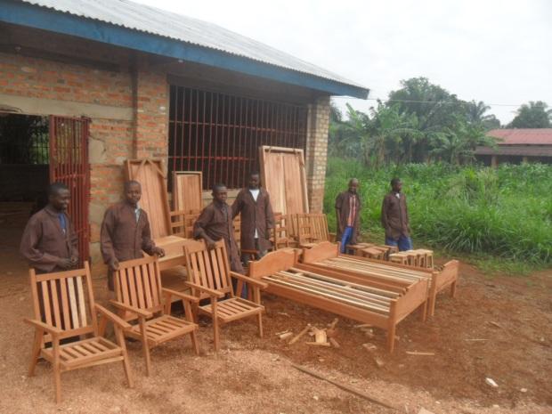 fabrication chaises et lit en bois