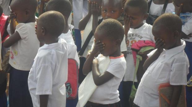 Elèves du primaire en prière