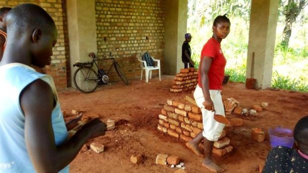 Les élèves de la section construction au cours pratique