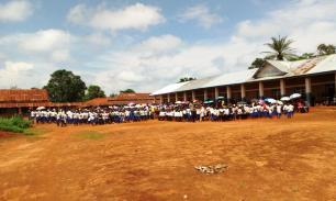 La proclamation a eu lieu devant le bâtiment scolaire du cycle secondaire