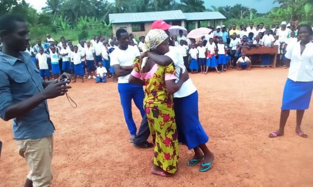 Les parents embrassent leurs enfants pour les encourager de la réussite