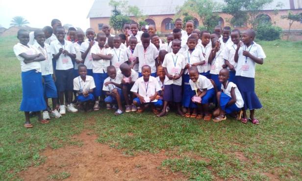 Elèves de 6ème primaire joyeux et confiants avant le Test National de fin de Primaires